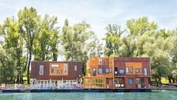 ArkaBarka Floating Hostel and Apartments